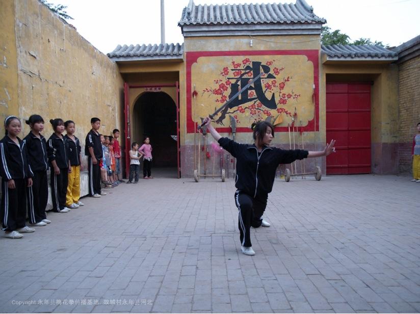A10 | 梅花拳女弟子在表演梅花剑术。