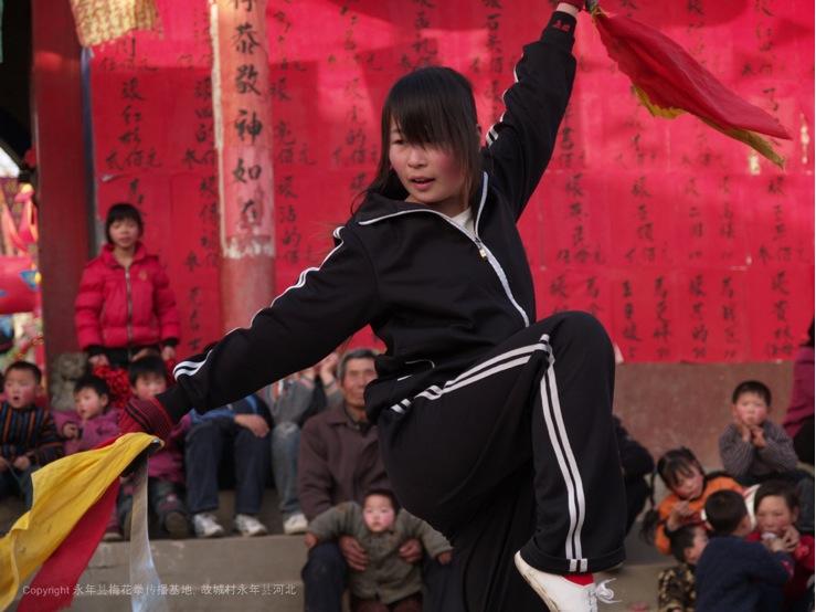A13 | 梅花拳女弟子在火神会节日中表演双刀。