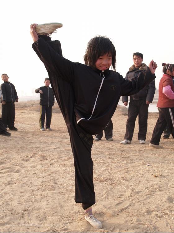 A14 | 学习梅花拳的孩子们在河边练功
