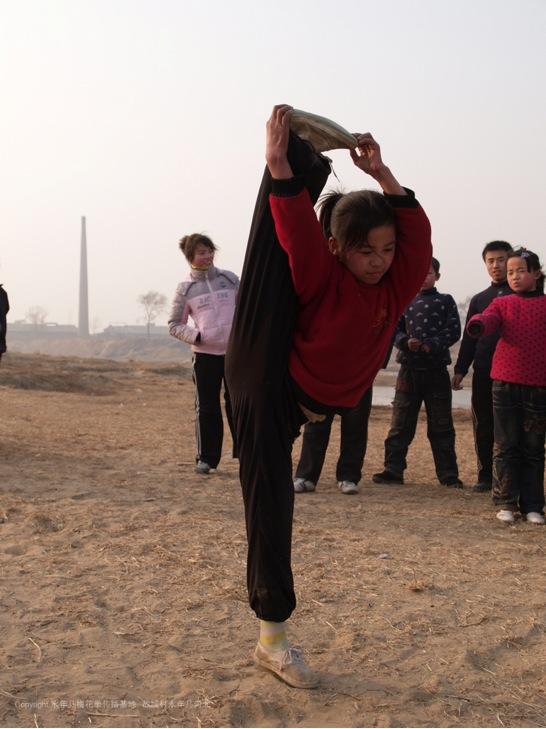 A15 | 学习梅花拳的孩子们在河边练功