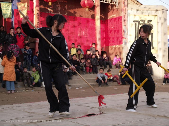 A16 | 两位女学员在火神会节日中表演双拐破枪。
