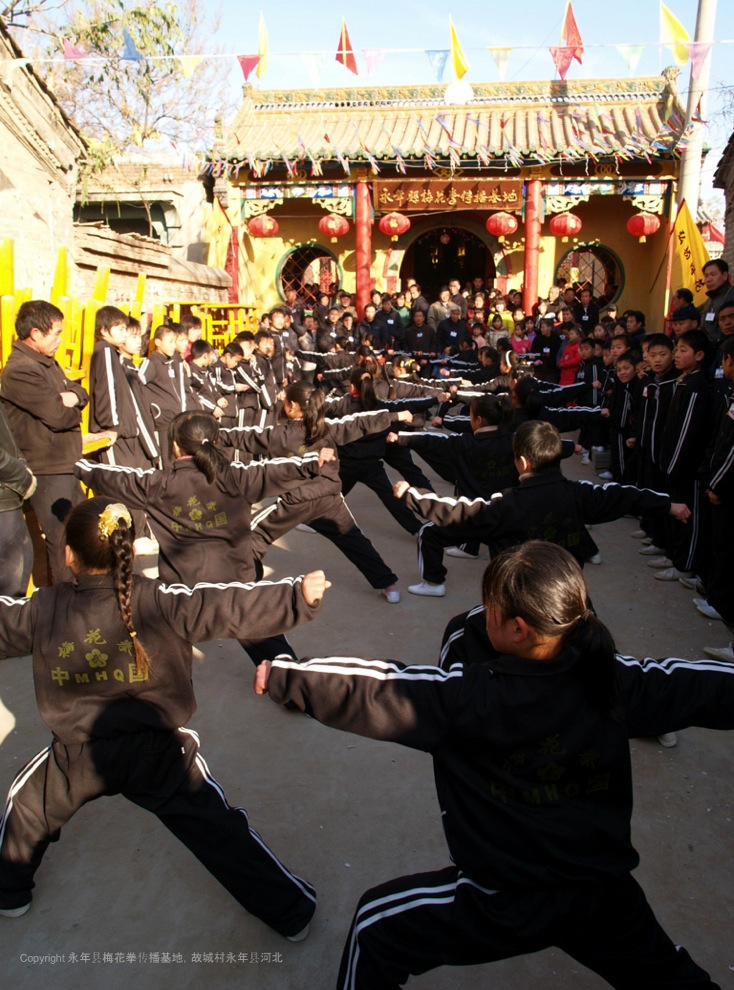 A17 | 2008 年为庆祝传播基地一周年纪念日,孩子们在街道表演梅花拳