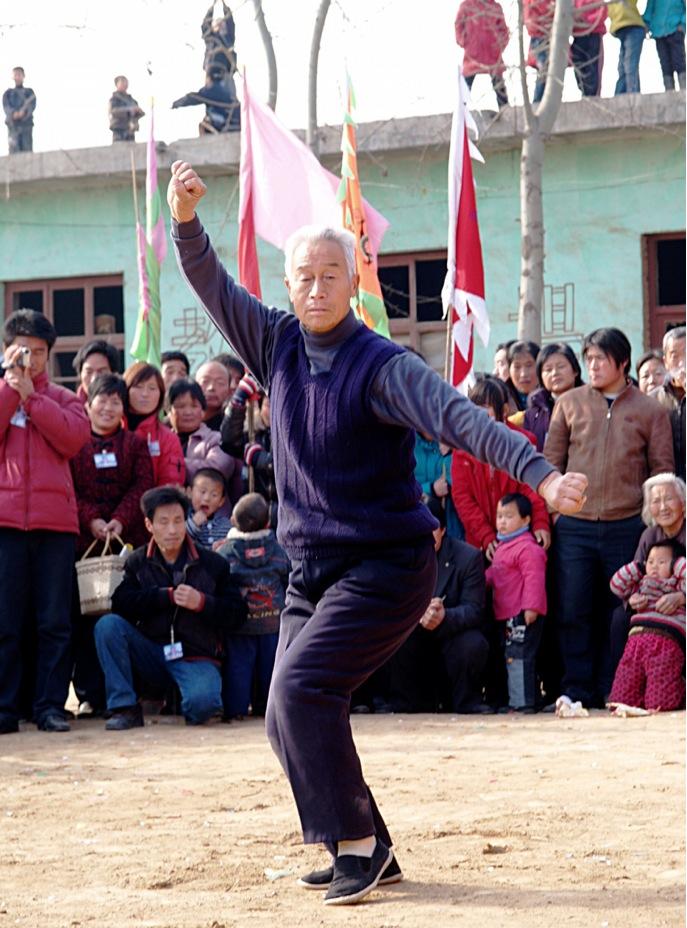 A18 | 2008 年为庆祝传播基地一周年纪念日,张经印在大会之中表演梅花功夫。