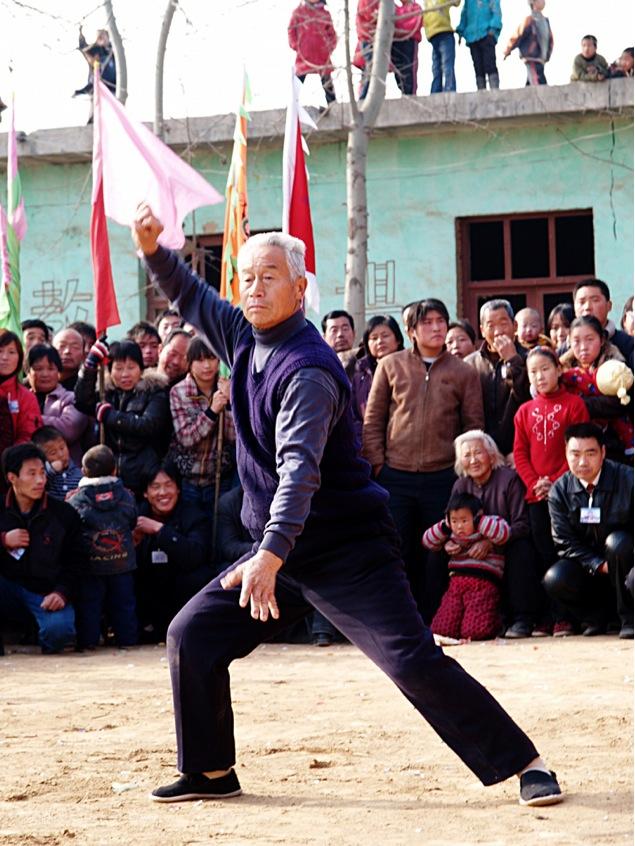 A19 | 2008 年为庆祝传播基地一周年纪念日,张经印在大会之中表演梅花功夫。