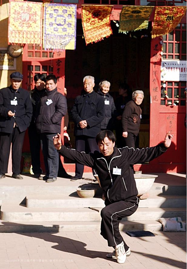 A21 | 第十六辈梅花拳弟子张玄飞在表演梅花拳溜腿架子。腿架子是一个传统练法是练低盘功夫的要点。
