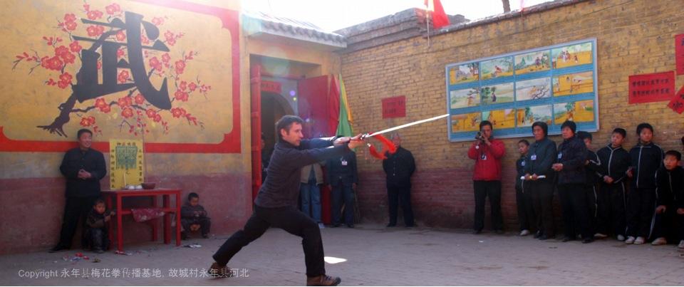 A23 | 加拿大梅花拳协会会长安瑞德在传播基地教学员们剑法