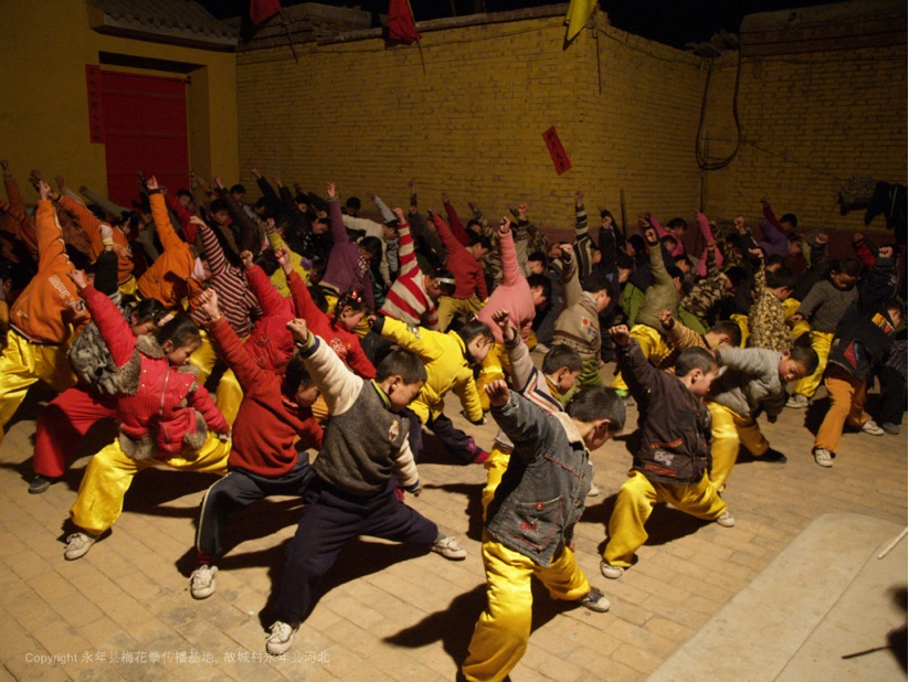 A4 | 故城村梅花拳传播基地男女学员在晚上认真的学习梅花拳基本功夫。