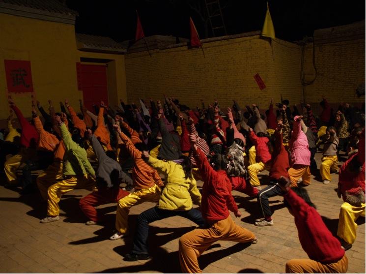 A5 | 故城村梅花拳传播基地男女学员在晚上认真的学习梅花拳基本功夫