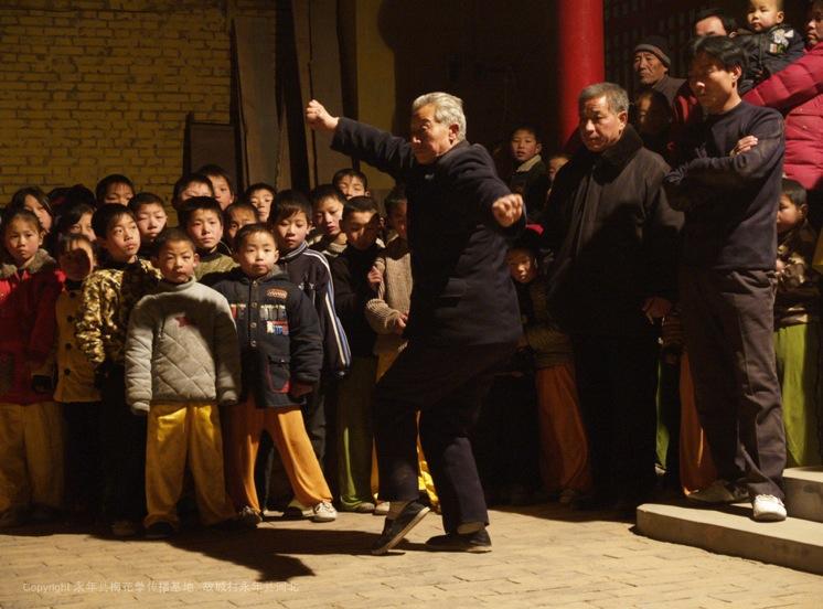 A6 | 第十四辈弟子张经印在表演梅花拳老架子,在教梅花拳三十年中,他已经教过3代的徒弟。