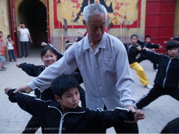 A7 | 梅花拳第十四辈弟子张经印在教孩子们梅花拳传统架子。