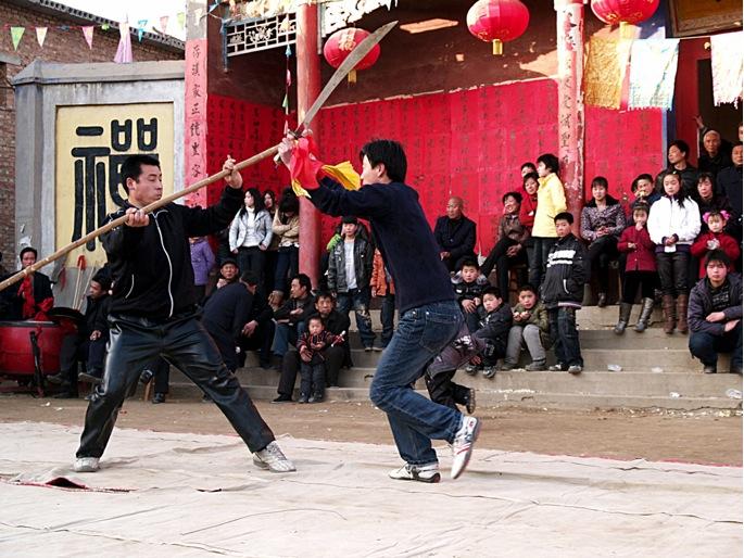 C1 | 2009年 火神会. 张路周在表演双刀破枪。 拿着双刀的是张玄飞