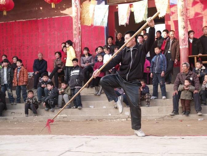 C2 | 2009年 火神会. 张路周在表演双刀破枪。