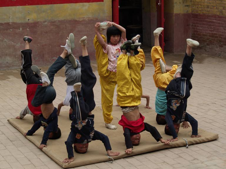 OLYMPUS DIGITAL CAMERA | 一些孩童受到学员们的薰陶自己也模仿锻炼