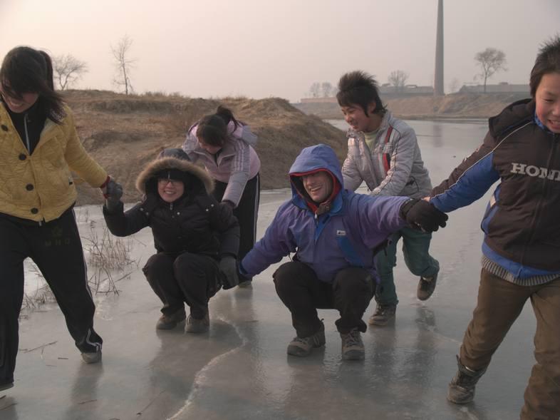 2008-09_gallery_1 | 武馆学员和欧洲瑞典的罗律师和加拿大的安瑞德在?河上滑冰, 提现了民族友好和国际友谊
